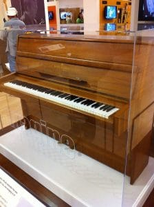 800px-One_of_John_Lennon's_Steinway_pianos